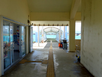 鳩間島のいとま浜ターミナル/鳩間港旅客ターミナル - 海から向かって右が待合で左がトイレ