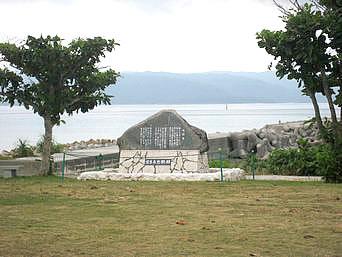 鳩間島の宮良長包歌碑「公民館の向かいの広場にあります」