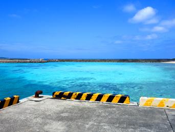 鳩間島の港脇の海