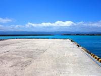 鳩間島の鳩間港 - 集落は港のすぐ近くで灯台も見える!