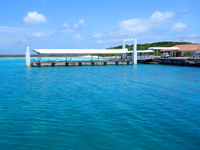 鳩間島の鳩間港 - 高速艇など一般の船は浮き桟橋有り