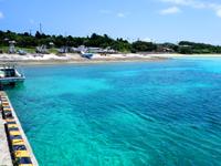 鳩間島の鳩間港 - 浮き桟橋の先に大きな西表島の島影