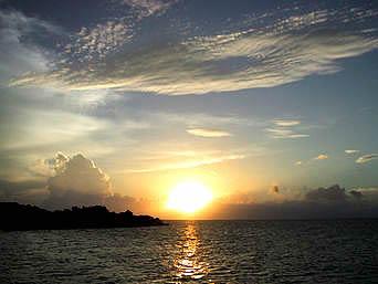 鳩間港からの朝日