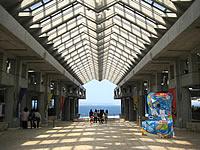 北部の美ら海水族館のアトリウム