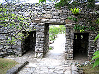 北部の今帰仁城跡 - このゲート越える感覚が良いです