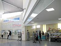 北部の本部港/フェリーターミナル - 伊江島への船のチケットカウンター&売店