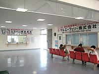 北部の本部港/フェリーターミナル - 奥に那覇・奄美群島方面のチケットカウンター