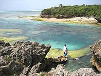 北部の備瀬崎/備瀬埼 - 離れ小島との間が池のようになっています