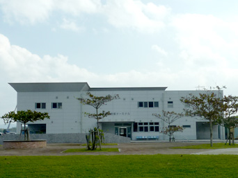 北部の運天港フェリーターミナル/旅客ターミナル