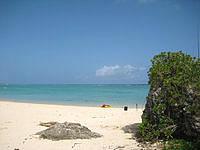 北部の長浜ビーチ - ビーチ右には岩場もあり