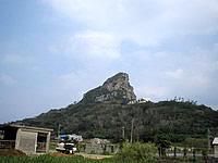 伊江島の城山/タッチュー - 島のどこからもこんな感じで見えます