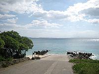 伊江島の伊江ビーチ西 - 道がそのまま海へ降りていきます