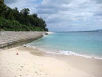 伊江島の伊江ビーチ西 - 青少年旅行村側を見る