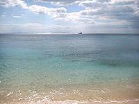 伊江島の伊江ビーチ西 - 水納島らしき島影が見えます
