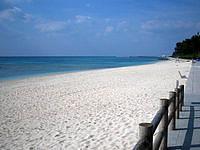 伊江島の伊江ビーチ東 - きれいに清掃しているから問答無用で入場料?