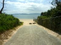 伊江島の伊江ビーチ北 - 野球場脇の道を進むとあります