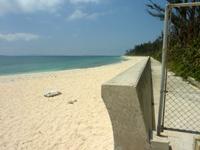 伊江島の伊江ビーチ北 - この金網と防波堤が旅行村との境