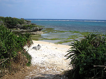 伊江島の東側の海「岩場と砂浜がミックスした自然そのままの海です」