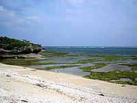 伊江島の東側の海 - 干上がると磯でいろいろなものがとれそう