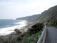 伊江島の湧出/わじー - こんな道を延々進みます