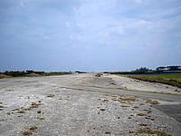 伊江島の補助滑走路 - 滑走路自体はかなり荒れています