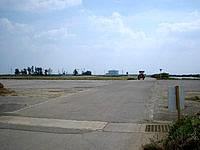 伊江島の補助滑走路 - 普通に農作業の車が通ります