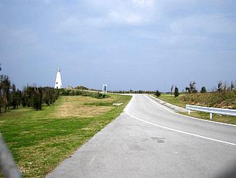 伊江島の伊江島灯台「灯台自体は真っ白できれいなんですが・・・」