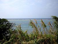 伊江島の灯台近くの西の海 - 草むらをかき分けて見れます