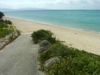 伊江島のGIビーチ西 - 坂を下りるとたどり着けます