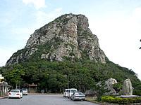 伊江島の城山登山口 - 登山口の駐車場とタッチュー