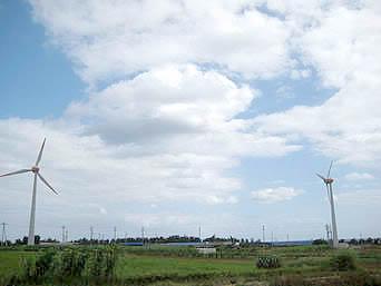 伊江島の風車「2塔の風車が立っています」