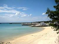 伊江港脇のビーチ