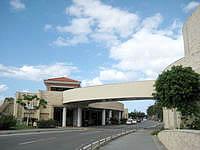 伊江島の伊江島はにくすに - 背後には貫通道路があってその先に郷土資料館など