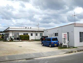 伊江島の御食事の店 ママはうす「広い駐車場の先にお店があります」