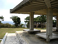 伊江島の芳魂の塔 - 展望台的な吾妻屋もあり