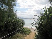伊江島のGIビーチ東 - こんな入口から入れます