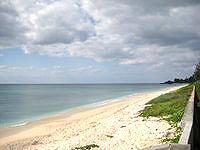 伊江島のGIビーチ東 - 綺麗な砂浜が続いています