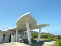 伊江島のリリーフィールド遊歩道 - 遊歩道入口部分の豪華トイレ?