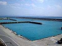 伊江島の亀の公園 - 漁港みたいですが海の色がとってもきれい