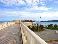 海中道路の海中道路/ロードパーク/絶景歩道橋 - 歩道橋から道の駅を見る