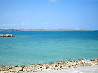 浜比嘉島の勝連浜のビーチ - ここで泳ぐのはちょっと・・・