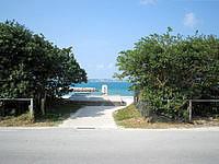浜比嘉島の勝連浜のビーチ - ビーチへの入口は複数あります