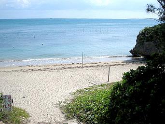 浜比嘉島のマリンリゾート前のビーチ(有料)
