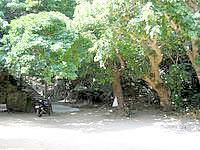 浜比嘉島のシルミチュー - 入口は少々うっそうとしています