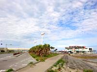 海中道路の海の駅 あやはし館 - 風車は無意味なようです(破損したまま放置)