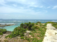 伊計島のホテル近くの北端の海 - 遊歩道の下にあります