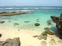 伊計島のホテル近くの北端の海 - 小さな砂浜もあります