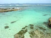伊計島のホテル近くの北端の海 - 潮だまりだけど透明度抜群