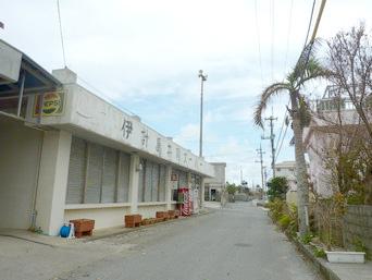 伊計島の伊計島共同スーパー「集落のメインの道沿いにあります」