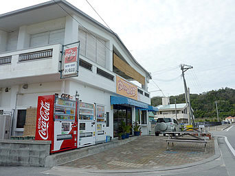 浜比嘉島の島市場・軽食屋ゆいぬはま「勝連浜近くのお店」